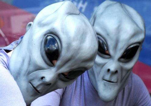 Отношения между двумя инопланетянами.